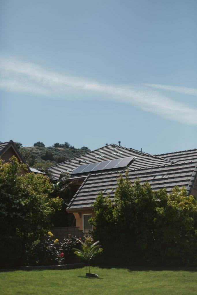 Instalacja fotowoltaiczna na dachu budynku mieszkalnego
